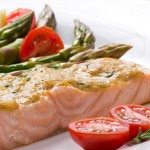 красная рыба с овощами на тарелке