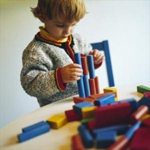 ребёнок с кубиками
